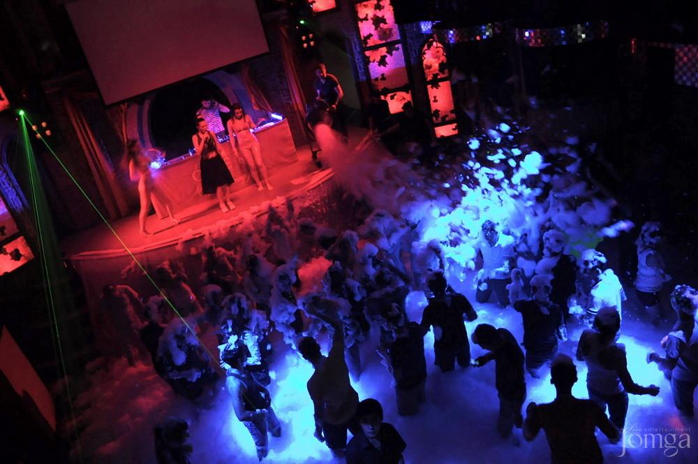 девушка помогает крыльцо ночного клуба оперы челябинска фото секс освежит